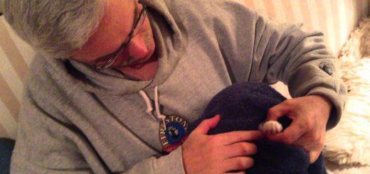爪切り嫌がる猫向けハウツー、タオルでくるんで頭も隠して