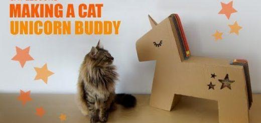 段ボール製DIYのユニコーン、喜ぶ猫はスリスリ三昧