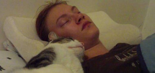 飼い主の彼女の寝込みに添い寝する猫、眠るどころか大はしゃぎ