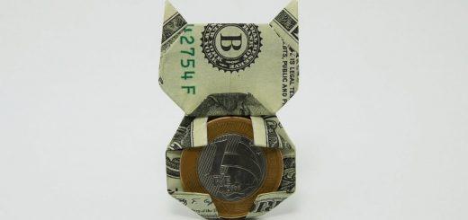 お年玉に猫のオブジェの折り紙を、500円玉を挟むのに好適