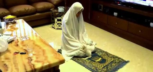 サラートの最中にひょっこり顔出す子猫、遊びながらも一緒にお祈り